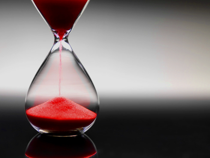 Hour glass with red sand - Photo GettyImages