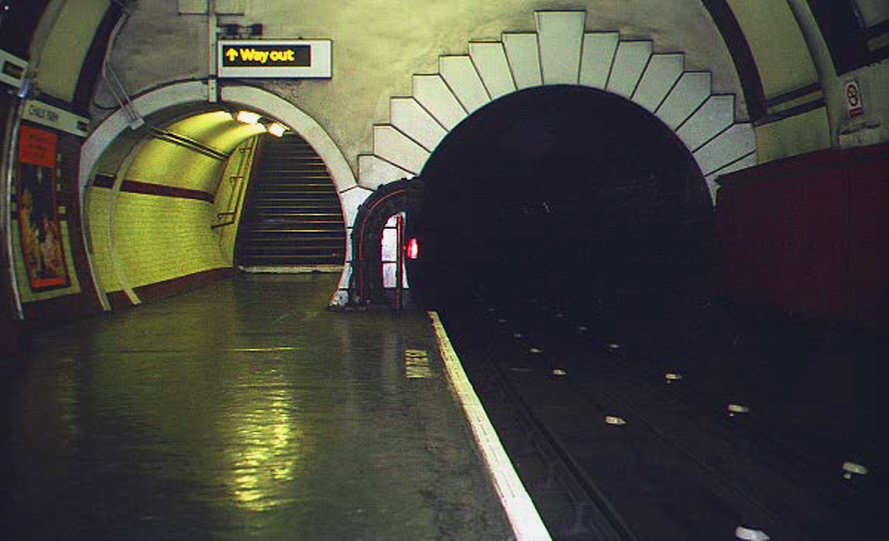 Down-the- deep-London-underground-Photo-Guido-Comin-PoetaMatusel